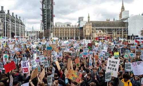 Học sinh sinh viên tụ tập ở quảng trường Quốc hội, London, hôm 15/3. Ảnh: Guardian.
