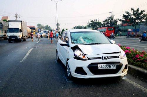 Ôtô trong vụ tai nạn bị móp capô, vỡ kính. Ảnh: Mạnh Nguyễn.