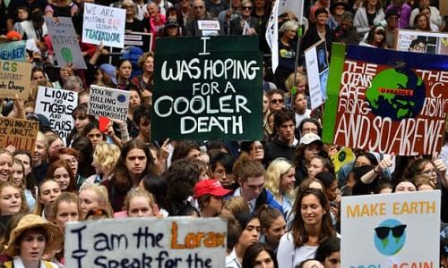 Khoảng 30.000 người diễu hành ở Sydney hôm 15/3 kêu gọi chống biến đổi khí hậu. Ảnh: AFP.