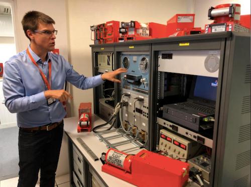 Một nhân viên BEA giới thiệu về các máy móc dùng để nghe ghi âm từ hộp đen tại trụ sở của cơ quan này ở Le Bourget, Pháp ngày 14/9/2018. Ảnh: Reuters