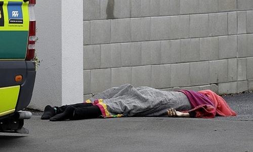 Một nạn nhân thiệt mạng trong vụ tấn công nhà thờ ở thành phố Christchurch, New Zealand, hôm 15/3. Ảnh: AP.