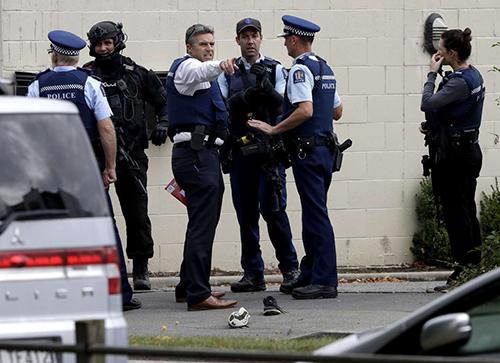 Cảnh sát làm việc tại hiện trường vụ xả súng ở thành phố Christchurch hôm 15/3. Ảnh: AP