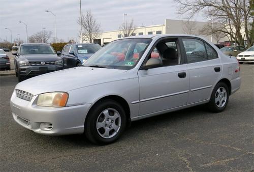 Hyundai Accent GL đời 2002 tại đại lý ôtô cũ ở New Jersey. Ảnh: Tom River Volkswagen