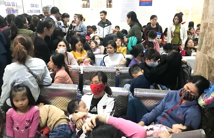 Các phụ huynh ngồi đợi lấy kết quả ở Viện Sốt rét - Ký sinh trùng - Côn trùng Trung ương chiều 16/3. Ảnh: Dương Tâm