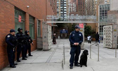 Cảnh sát đứng gác tại Trung tâm Văn hóa Hồi giáo ở New York, Mỹ hôm 15/3. Ảnh: Reuters.
