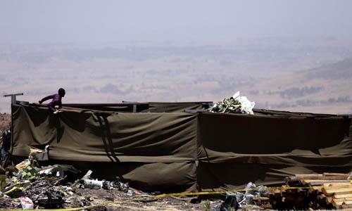 Hiện trường hôm 15/3 sau vụ máy bay của hãng Ethiopian Airlines rơi gần thị trấn Bishoftu, cách Addis Ababa, Ethiopiakhoảng 50 km. Ảnh: Reuters.
