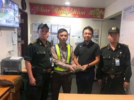 Ông Yan Guangzhu vui mừng khi nhận lại số tiền đã mất. Ảnh: Nhật Trường