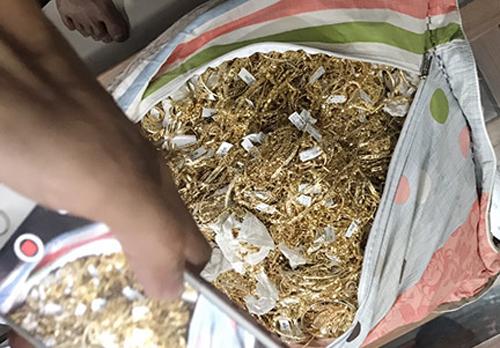 Sau khi bị bắt, Tuấn tự nguyện giao nộp thêm 200 lượng vàng. Ảnh công an cung cấp
