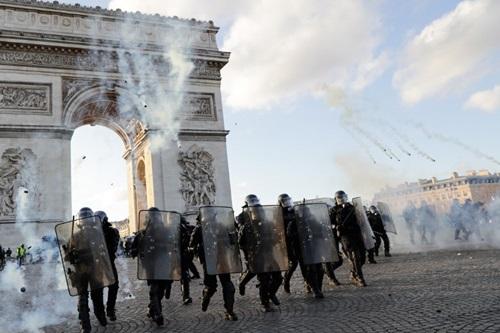 Cảnh sát chống bạo động Pháp đối phó người biểu tình Áo vàng ở Khải Hoàn Môn hôm 16/3. Ảnh: AFP.