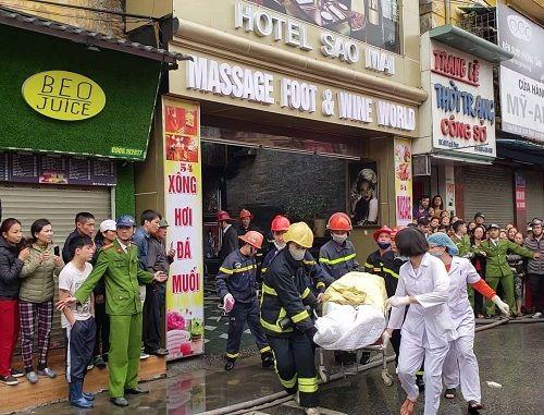 12h, một nạn nhân được đưa ra đã tử vong. Ảnh: Giang Chinh.