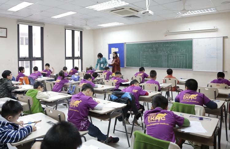 Các thí sinh làm trong một phòng thi ở Hà Nội. Ảnh: Ánh Ngọc