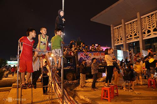 Trẻ em trèo giàn giáo cao 2-3m để xem biểu diễn xiếc. Ảnh: Hoàng Táo