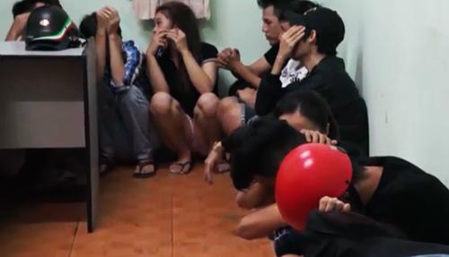 Nhiều nam nữ bị bắt khi đang mở tiệc ma túy trong khách sạn. Ảnh: Công an cung cấp.
