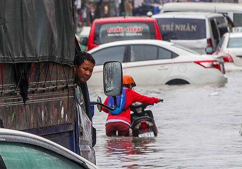 Bão Usagi khiến hàng trăm ôtô chết máy vì đường ngập. Ảnh: Quỳnh Trần.