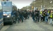 Người biểu tình 'Áo vàng' tấn công xe cảnh sát ở Paris