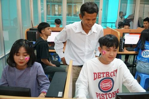 Học sinh được giới thiệu phòng thực hành công nghệ thông tin. Ảnh: Phạm Linh.