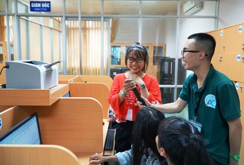 Nữ sinh bối rối khi trả lời câu hỏi về ngành kế toán. Ảnh: Phạm Linh.