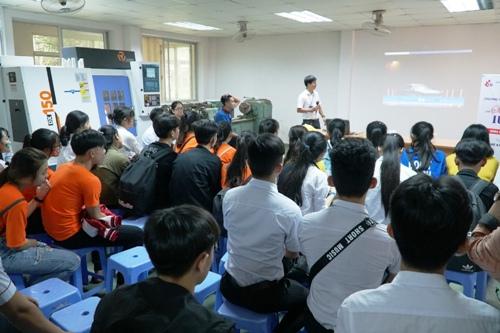 Nhiều học sinh đến Khoa Cơ khí tìm hiểu vềngành, nhu cầu của doanh nghiệp và mức lương. Ảnh: Phạm Linh.