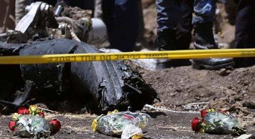 Hoa tưởng niệm được đặt tại hiện trường máy bay Ethiopia rơi ở phía đông nam thủ đô Addis Ababa hôm 11/3. Ảnh: Reuters.