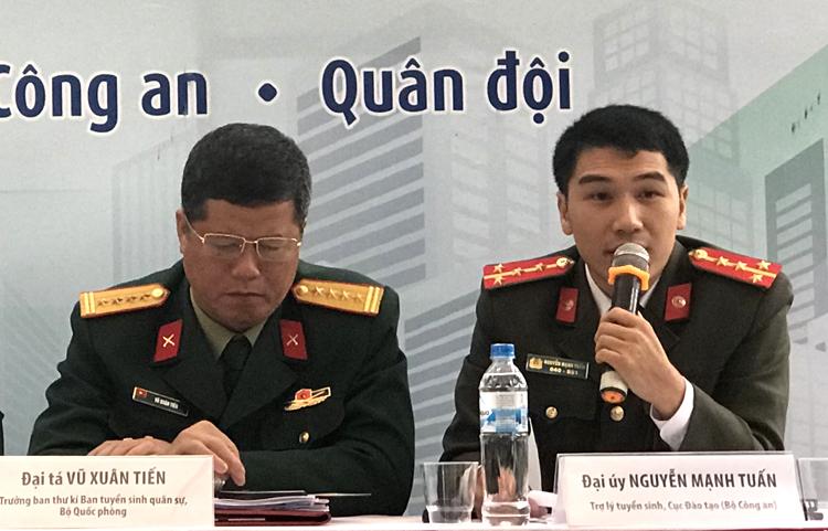 Đại úy Nguyễn Mạnh Tuấn (bên phải) tư vấn tại ngày hội tuyển sinh do báo Tuổi trẻ tổ chức ngày 17/3. Ảnh: Tú Anh