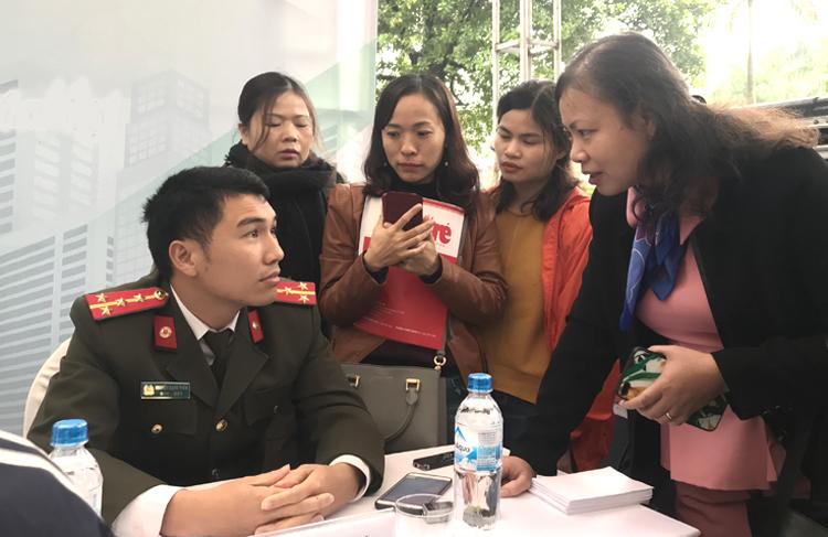 Đại úy Nguyễn Mạnh Tuấn trả lời thắc mắc của thí sinh và phụ huynh. Ảnh: Tú Anh
