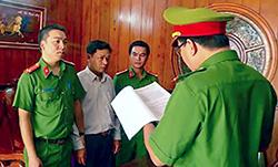 Ông Đỗ Hồng Hải nghe đọc lệnh bắt, hồi năm 2017. Ảnh: Huy Văn