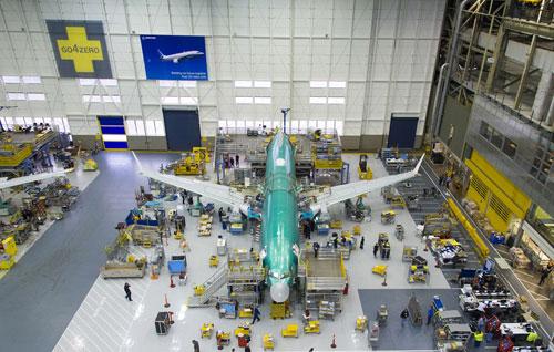 Một chiếc 737 MAX đang được lắp ráp trong xưởng sản xuất của Boeing. Ảnh: Boeing.