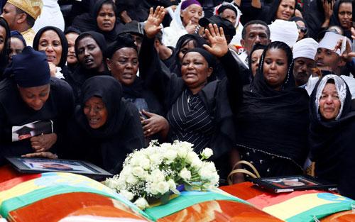 Người thân các nạn nhân thiệt mạng trong vụ máy bay Ethiopia rơi gào khóc bên những chiếc quan tài trống hôm 17/3. Ảnh: AFP.