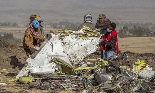 Các điều tra viên nghiên cứu một mảnh máy bay Boeing 737 MAX 8 gặp nạn ở Ethiopia hôm 10/3. Ảnh: Reuters.