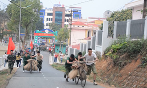 Hàng chục người 'Đua xe đạp thồ' trong Lễ hội hoa Ban