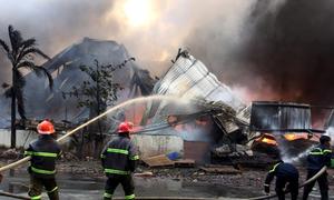 Hàng trăm cảnh sát dập lửa tại công ty sản xuất nến