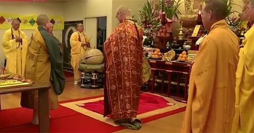 Các nhà sư chủ trì lễ cầu siêu tại chùa Nisshinkutsu ở thủ đô Tokyo hôm 17/3. Ảnh: NHK
