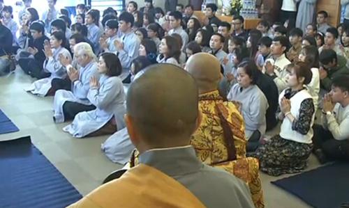Khoảng 200 người dự lễ cầu siêu tại chùa Nisshinkutsu hôm 17/3. Ảnh: NHK