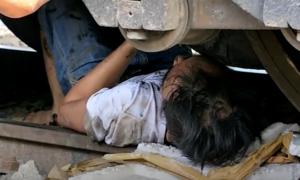 Cảnh sát tháo đường ray, giải cứu người kẹt dưới gầm tàu ở Sài Gòn