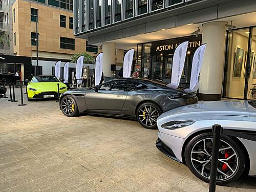 Hai mẫu Aston MartinDB11 màu bạc và xám. Ngoài cùng bên trái là chiếc Aston Martin Vantage.