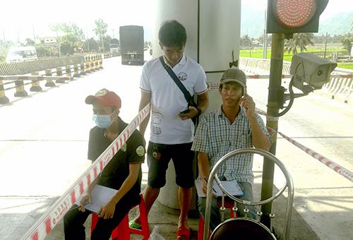 Người dân dựng ghế đếm từng lượt xe qua trạm thu phí Ninh Lộc (Khánh Hòa). Ảnh: Anh Duy