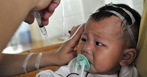 Sức khỏe của trẻ em bị ảnh hưởng xấu saukhi uống sữa nhiễm melamine. Ảnh: Reuters