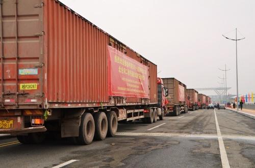 Xe container làm các thủ tục xuất nhập khẩu hàng hóa qua cầu Bắc Luân II. Ảnh: B.M
