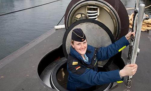 Trung úy Janine Asseln lên tàu ngầm U-32 tại bến cảng của căn cứ hải quân ở Eckernförde, Đức. Ảnh: DPA.