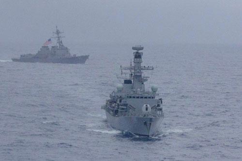Tàu USS McCampbell của Mỹ và HMS Argyll của Anh trong cuộc diễn tập chung trên Biển Đông hồi tháng 1. Ảnh: Reuters.