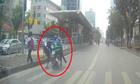 Xe máy vượt Äèn Äá» tông nữ sinh vÄng lên làn ÄÆ°á»ng BRT