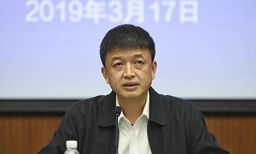 Chủ tịch quận Ôn Giang trong buổi họp báo về việc phát hiện thực phẩm bẩn trong trường thực nghiệm số 7 hôm 17/3. Ảnh: SCMP.