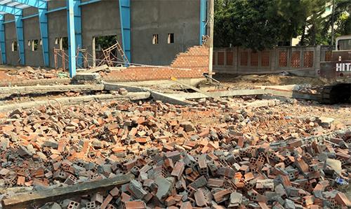 Các viên gạch của bức tường lớn vỡ vụn sau khi sập đổ. Ảnh: Cửu Long