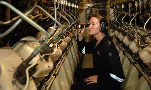 Nữ quân nhân kiểm tra trang thiết bị trên tàu ngầm  HMAS Dechaineux của hải quân Australia. Ảnh: HMS.
