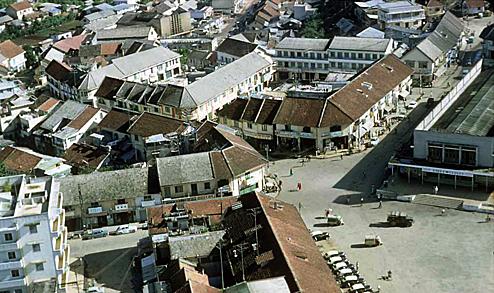 Hội trường Hòa Bình cùng chợ mới Đà Lạt đã tạo thành quầng thể kiến trúc cho khu trung tâm Đà Lạt. Dãy phố cổ còn lại hiện nay nằm ngay sau lưng hội trường Hòa Bình. Ảnh: Tư liệu.