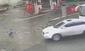 Bé ba tuổi sống sót sau khi bị ôtô kéo lê ở Trung Quốc
