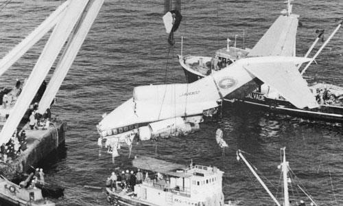 Xác máy bay 727 của hãng All Nippon Airways được trục vớt ở vịnh Tokyo năm 1966. Ảnh: CNN.