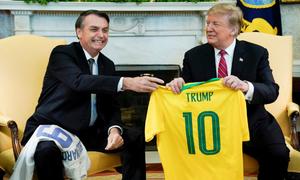 Trump và Tổng thống Brazil tặng nhau áo bóng đá