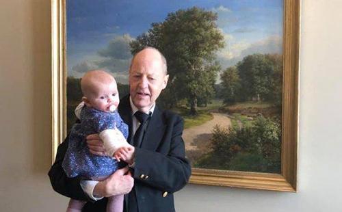 Con gái của Abildgaard được một nhân viên Nghị viện bế để mẹ bỏ phiếu (Ảnh: FBNV)