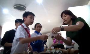 Học sinh trải nghiệm dùng tem phiếu mua hàng thời bao cấp